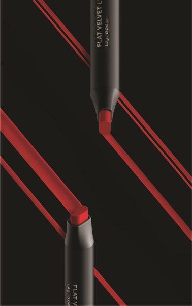 扁平方狀的唇膏筆頭更容易勾畫完美唇線