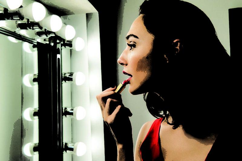 預告片中的Gal以紅色連身褲配上品牌招牌紅唇